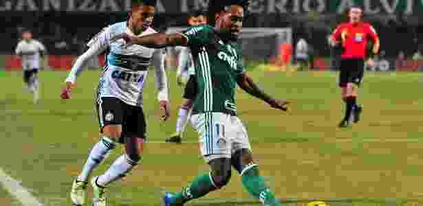 Zé Roberto deixou o treinamento com dores no joelho esquerdo e preocupa - Jason Silva/AGIF