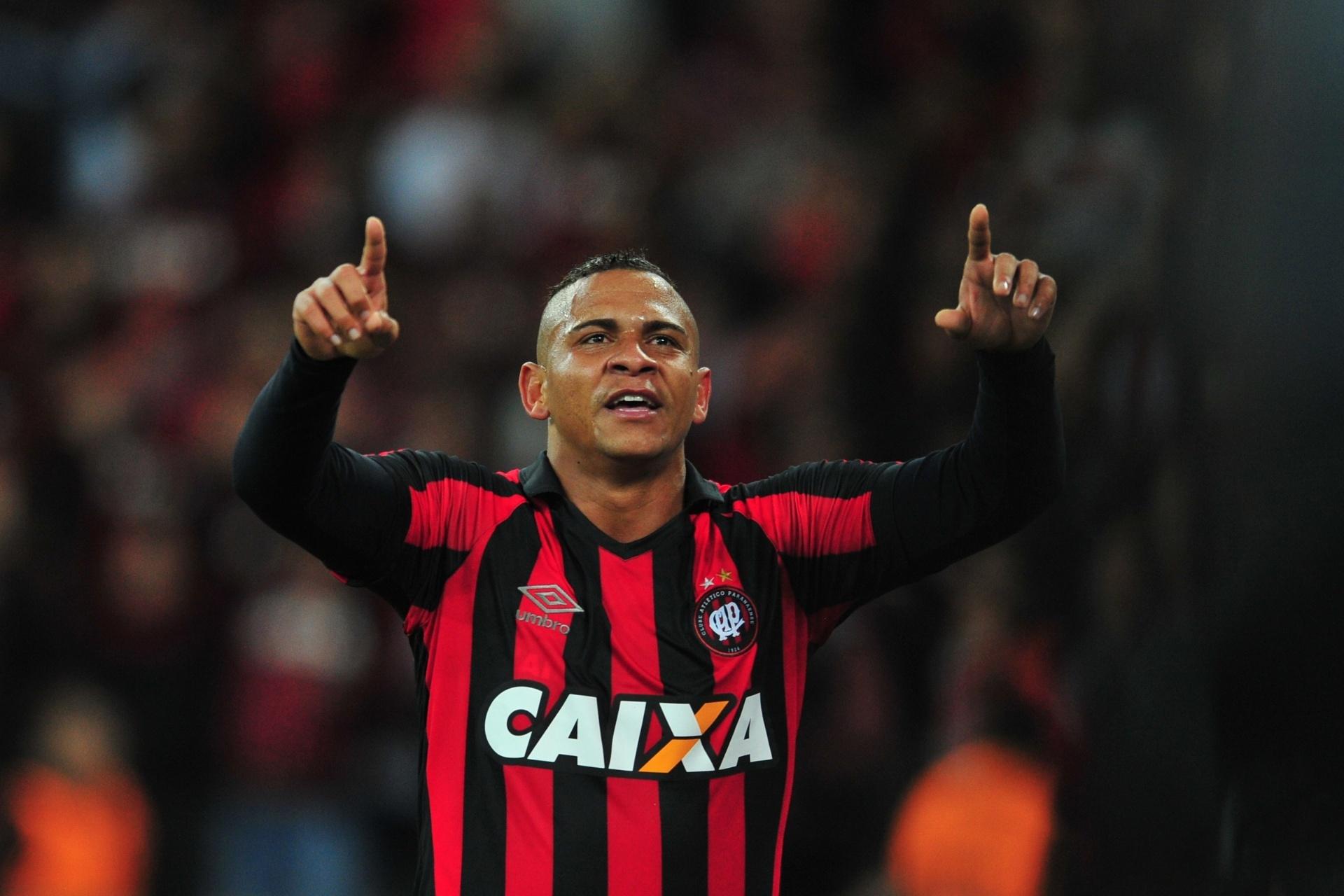 98928fa704 Atlético-PR vence com dois gols de Walter e tira Corinthians da liderança -  03 08 2016 - UOL Esporte