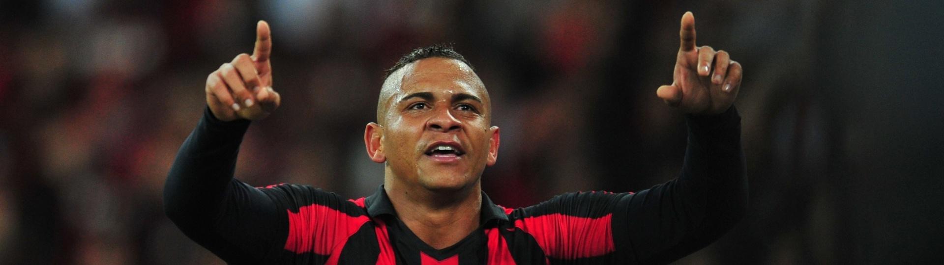 Walter comemora gol do Atlético-PR contra o Corinthians