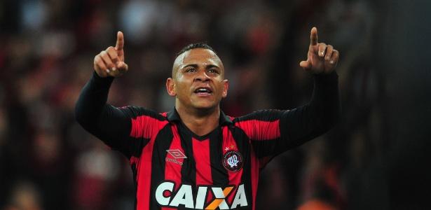 Clube português detém direitos do atacante e precisa aprovar a transferência