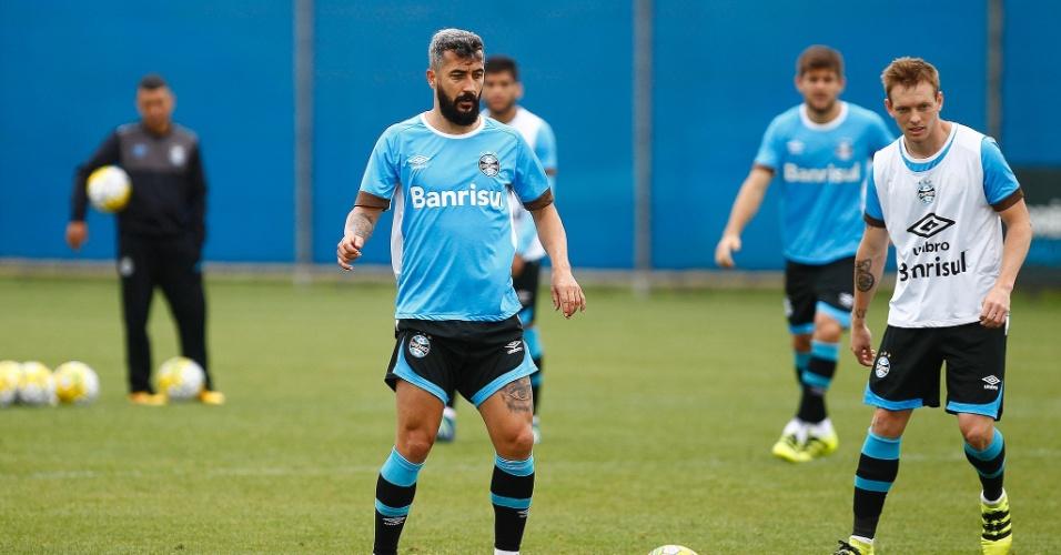 Douglas participa de treinamento do Grêmio e volta ao time titular