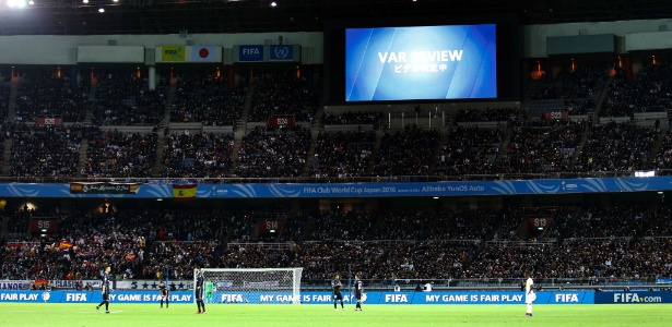 Anúncio da revisão do lance foi exibido no estádio em Yokohama
