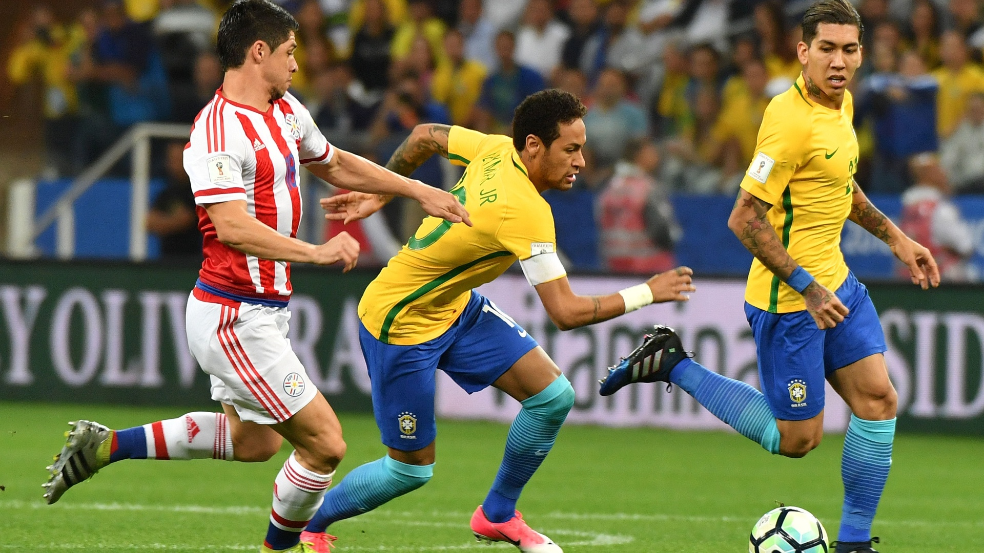 Neymar é marcado de perto por rival paraguaio