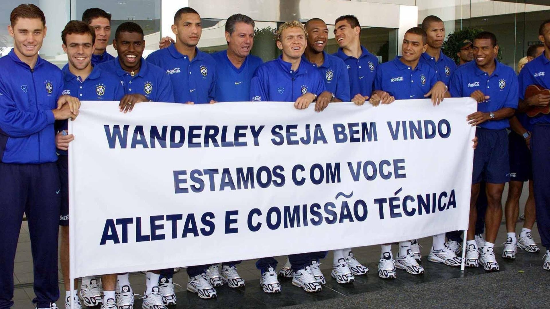 Recepção do técnico Vanderlei Luxemburgo pelos jogadores da seleção olímpica brasileira em Sydney-2000