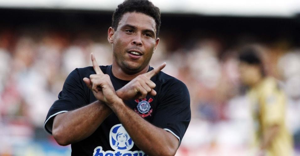 Ronaldo cruza os braços com os dedos indicadores
