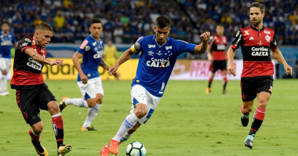 Henrique carrega a bola e é observado por Cuellar e Diego