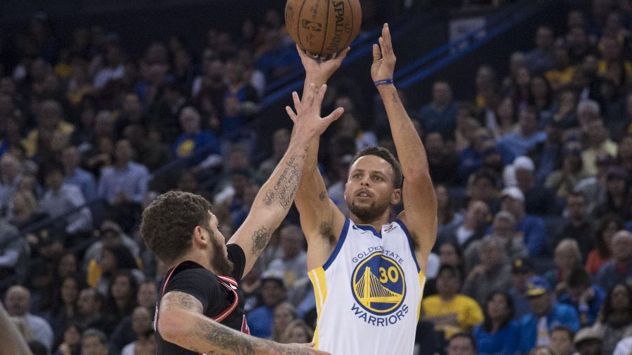 Stephen Curry tenta arremesso na partida entre Golden State Warriors e Miami Heat - Kyle Terada/USA TODAY Sports