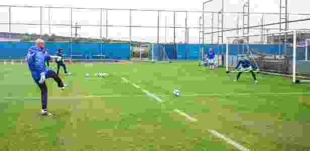 Rogério Godoy, preparador de goleiros do Grêmio, e Marcelo Grohe em treino - Lucas Uebel/Grêmio - Lucas Uebel/Grêmio