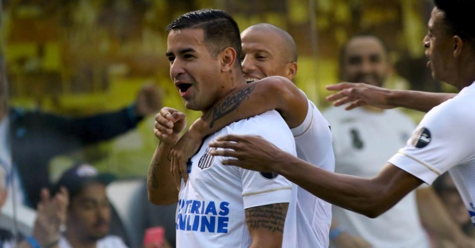 Jogadores do Santos comemoram gol de Derlis González contra o Bahia pelo Campeonato Brasileiro 2018
