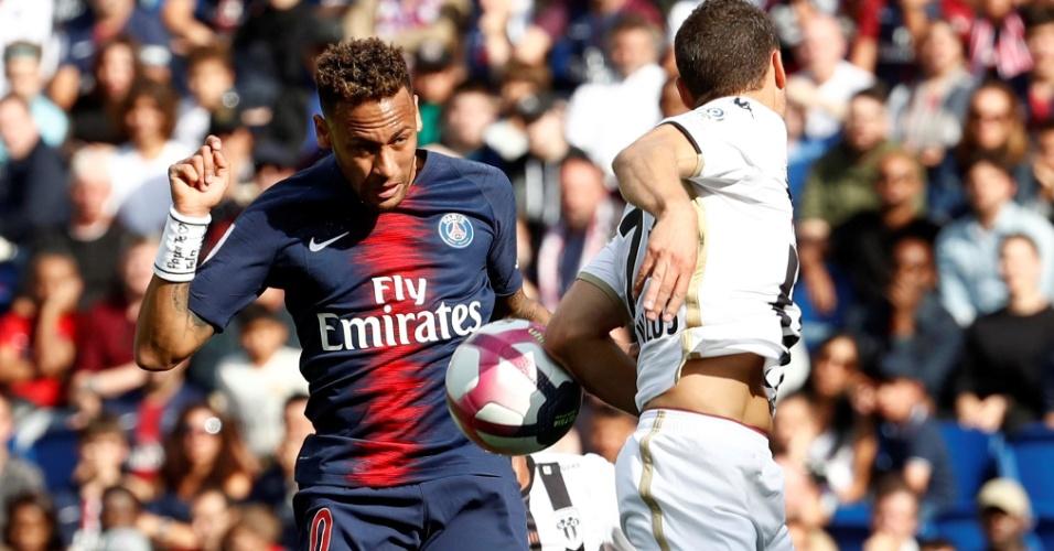 Neymar cabeceia e bola bate no braço de defensor do Angers