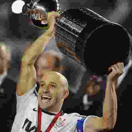 Alessandro levanta o troféu de campeão da Libertadores pelo Corinthians, em 2012 - Junior Lago/Reuters