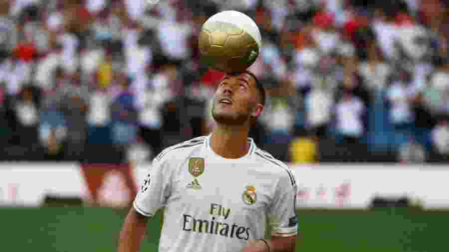 Eden Hazard brinca com a bola durante apresentação no Real Madrid - REUTERS/Sergio Perez