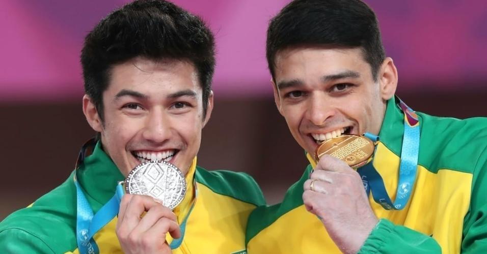 Arthur Nory e Chico Barretto com as medalhas de prata e ouro da barra fixa no Pan