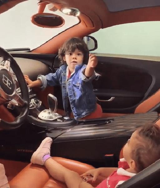 Filha de CR7, dentro de carro de luxo