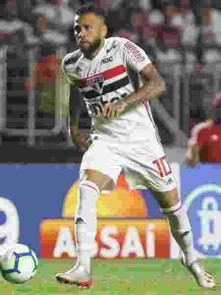 Daniel Alves em ação pelo São Paulo durante jogo contra o CSA - Marcello Zambrana/AGIF