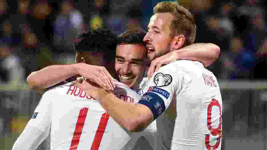 Harry Winks (ao centro) comemora após marcar para a Inglaterra contra Kosovo nas eliminatórias da Euro - Robert ATANASOVSKI / AFP