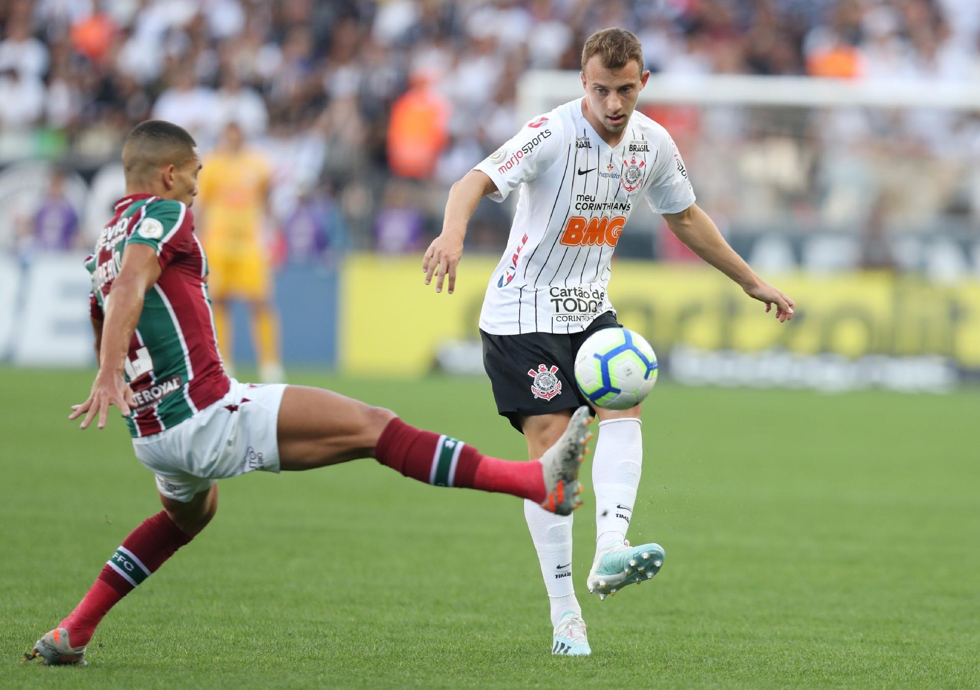 Carlos Augusto, do Corinthians, disputa a bola com Gilberto, do Fluminense