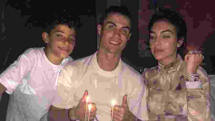 Ao lado da mulher e de um dos filhos, Cristiano Ronaldo comemora seu 35º aniversário - Reprodução/Instagram