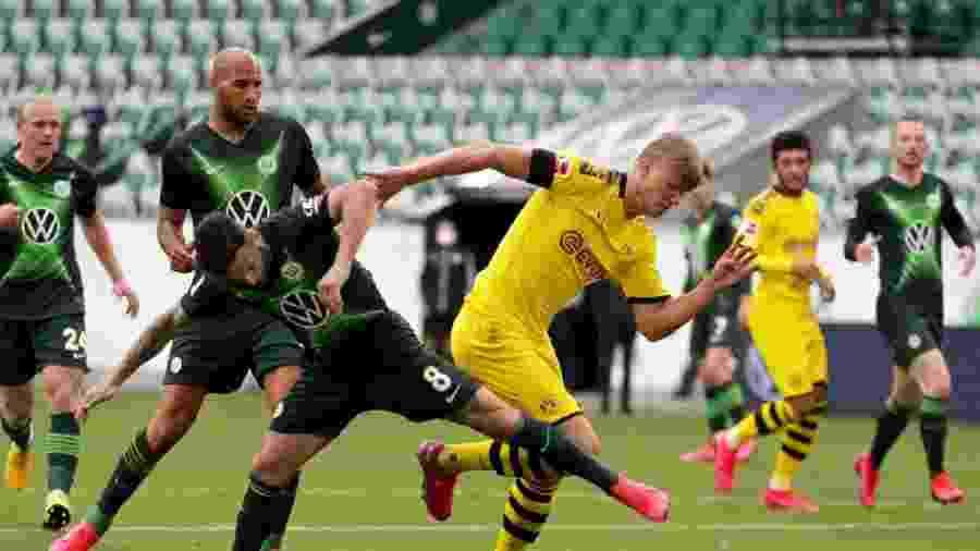 23.mai.2020 - Renato Steffen e Erling Haaland em lance de Wolfsburg x Borussia Dortmund pelo Campeonato Alemão - Michael Sohn / Pool via Getty Images