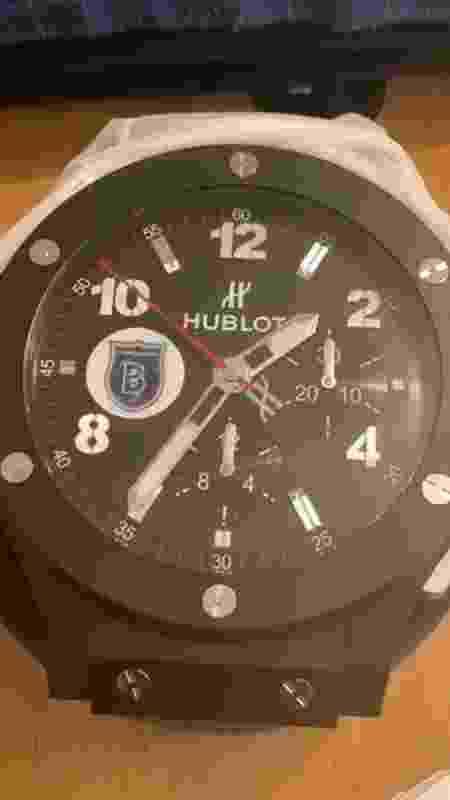 Relógio de parede que Robinho ganhou do presidente do Basaksehir - Reprodução - Reprodução