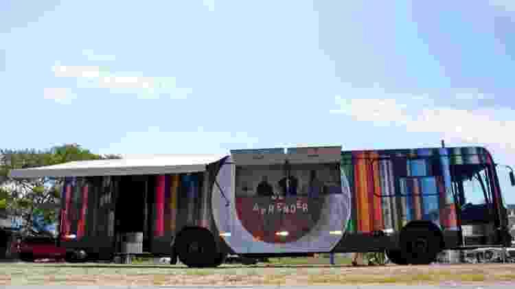 Ônibus do projeto Fome de Aprender é equipado com cozinha e biblioteca com mais de 1.000 livros - Fome de Aprender / Divulgação - Fome de Aprender / Divulgação