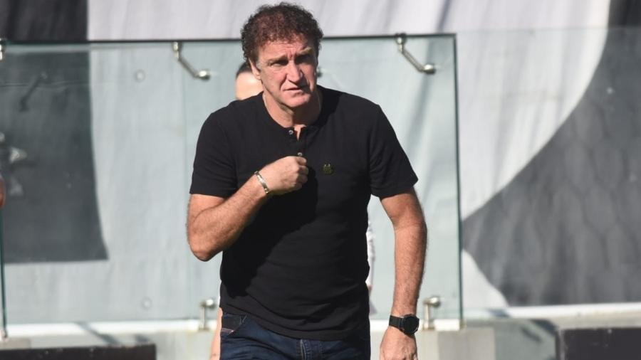 Cuca em momento de oração ao entrar no gramado da Vila Belmiro para jogo do Santos - Ivan Storti/Santos FC