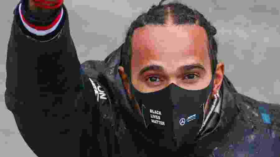 Lewis Hamilton de punho cerrado antes do GP da Turquia de Fórmula 1, em 2020 - Peter Fox/Getty Images