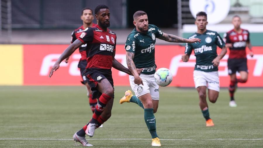Gerson, do Flamengo, disputa a bola com Zé Rafael, do Palmeiras, em jogo no primeiro turno do Brasileiro de 2020 - Cesar Greco / Palmeiras