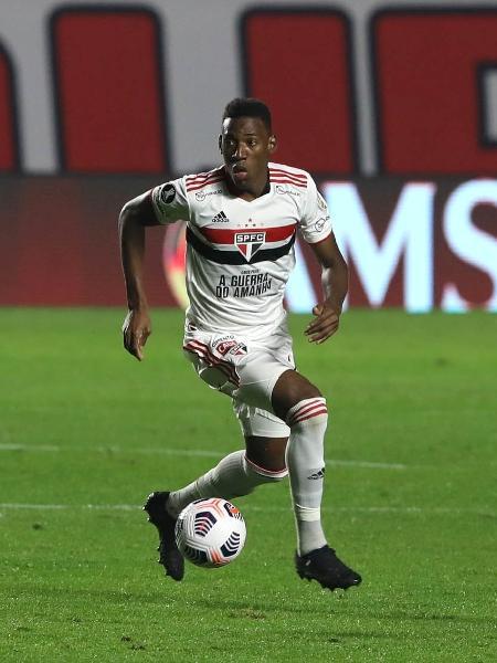 Léo, zagueiro do São Paulo, na partida contra o Racing - RUBENS CHIRI/São Paulo FC