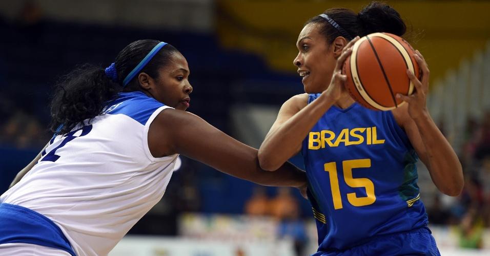 Clelia Noblet marca a pivô brasileira Kelly na disputa pelo bronze no basquete feminino