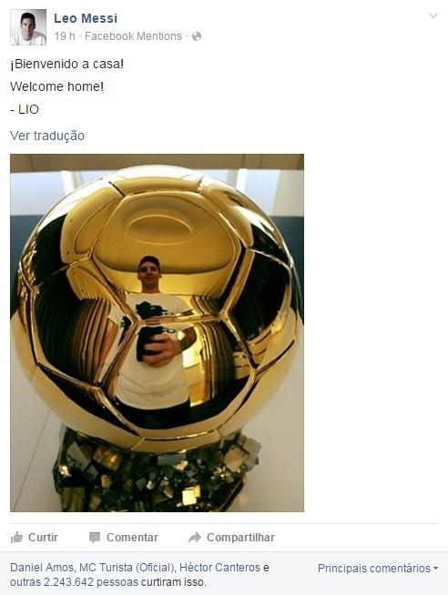 Lionel Messi tira selfie criativa com Bola de Ouro