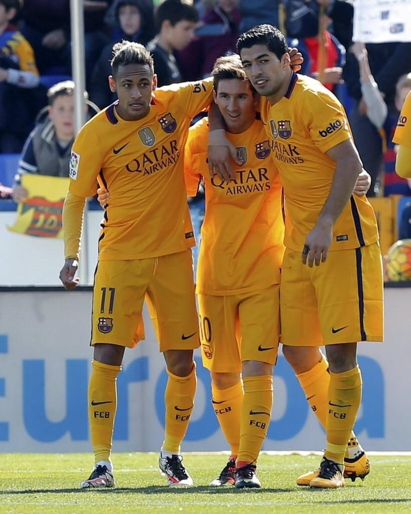 7.fev.2016 - Neymar, Messi e Suárez comemoram o segundo gol do Barcelona na vitória por 2 a 0 sobre o Levante