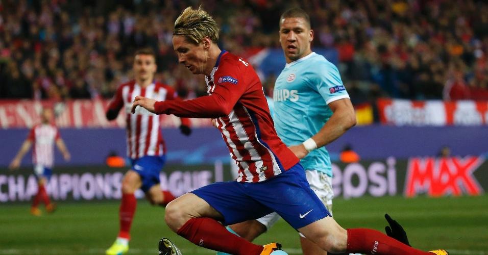 Fernando Torres, do Atlético de Madri, tenta disparar com bola dominada pela ponta, mas sofre falta
