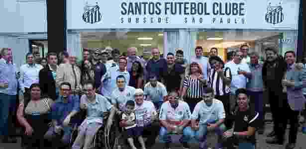 Presidente Modesto Roma comemora com torcedores inauguração da sub-sede - Divulgação/SantosFC
