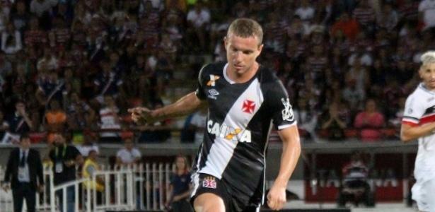 Marcelo Mattos, do Vasco, passa a bola em jogo contra o Santa Cruz no Recife