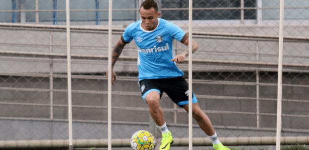 Atacante Everton retoma treinamentos com bola no Grêmio