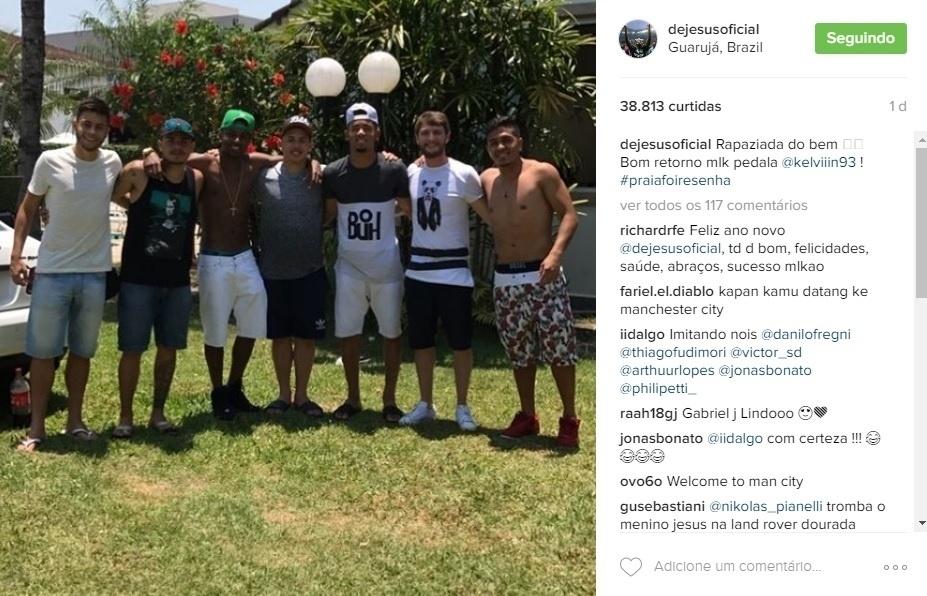 Gabriel Jesus posa com Kelvin e amigos durante férias no Brasil. O jogador se apresenta ao City agora em janeiro