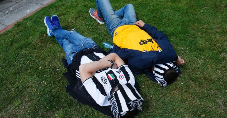 Torcedores da Juventus dormem num parque de Cardiff horas antes da decisão da Liga dos Campeões