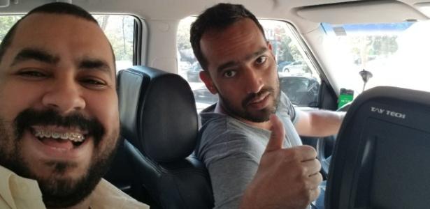 Roger Guerreiro (direita) com o passageiro rubro-negro Ivan Medeiros no Uber