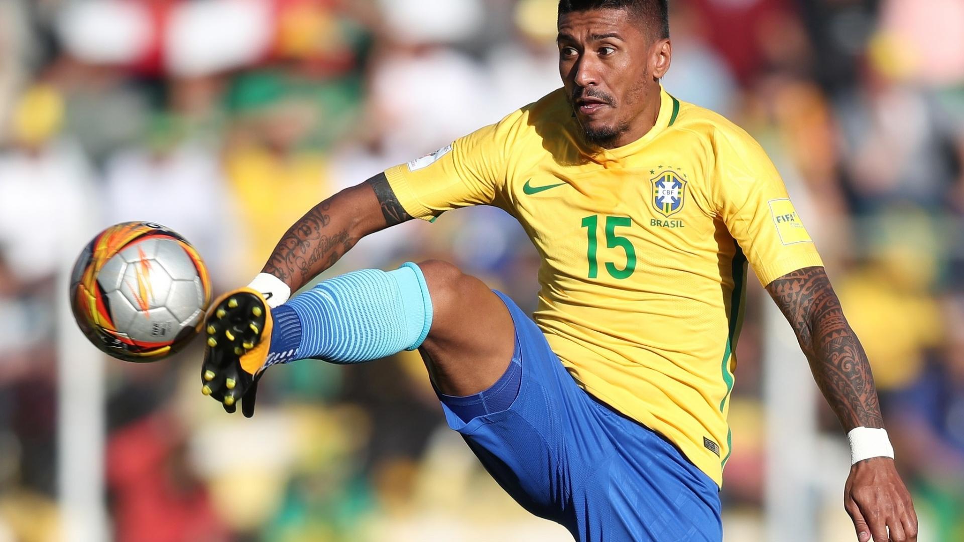 Paulinho domina a bola pelo alto durante o jogo contra a Bolívia