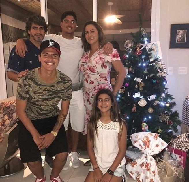 Gabriel Medina celebra o Natal com a família