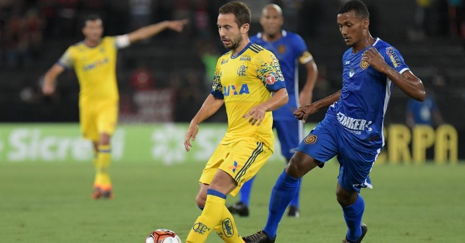 O meia Everton Ribeiro em ação na partida entre Flamengo e Madureira, pela Taça Rio