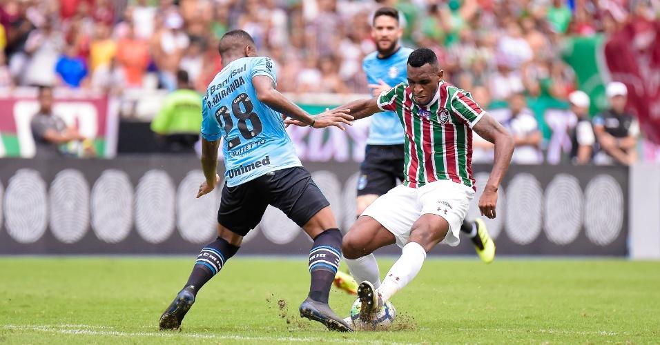 Ibañez, do Fluminense, divide bola com Paulo Miranda, do Grêmio