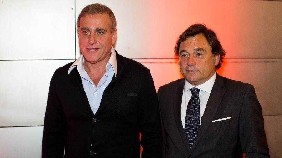 André Cury (à esquerda) ao lado de Raul Sanllehi, ex-diretor de futebol do Barcelona - Marcus Leoni/Folhapress