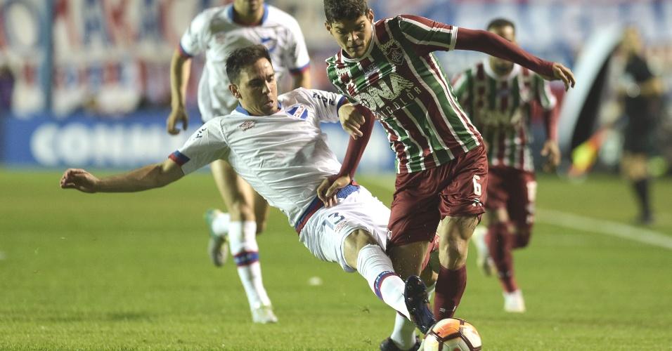 Ayrton Lucas divide bola com Zunino em duelo entre Nacional (URU) e Fluminense