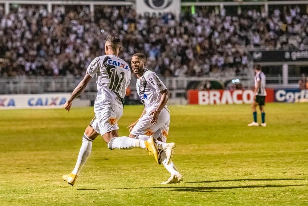 Jogadores da Ponte Preta comemoram gol contra o Coritiba