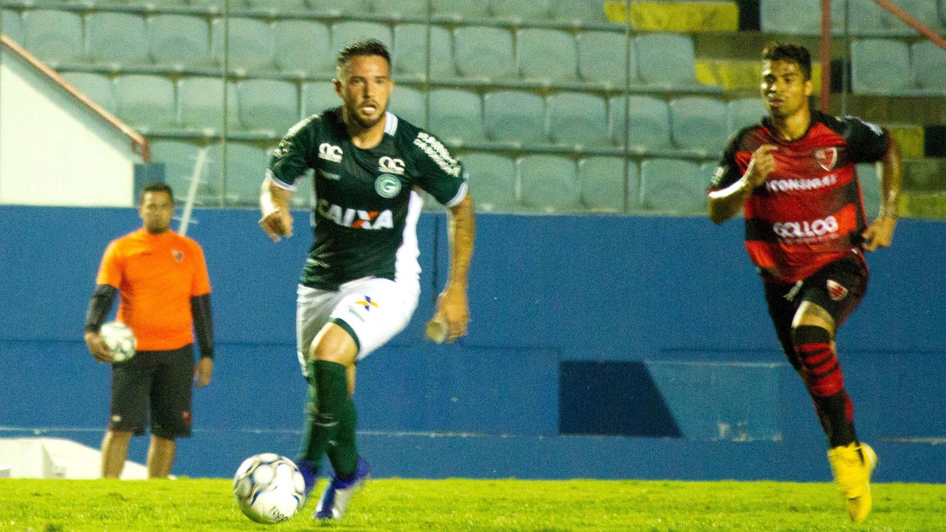 Giovanni carrega a bola durante vitória do Goiás sobre o Oeste, na Série B