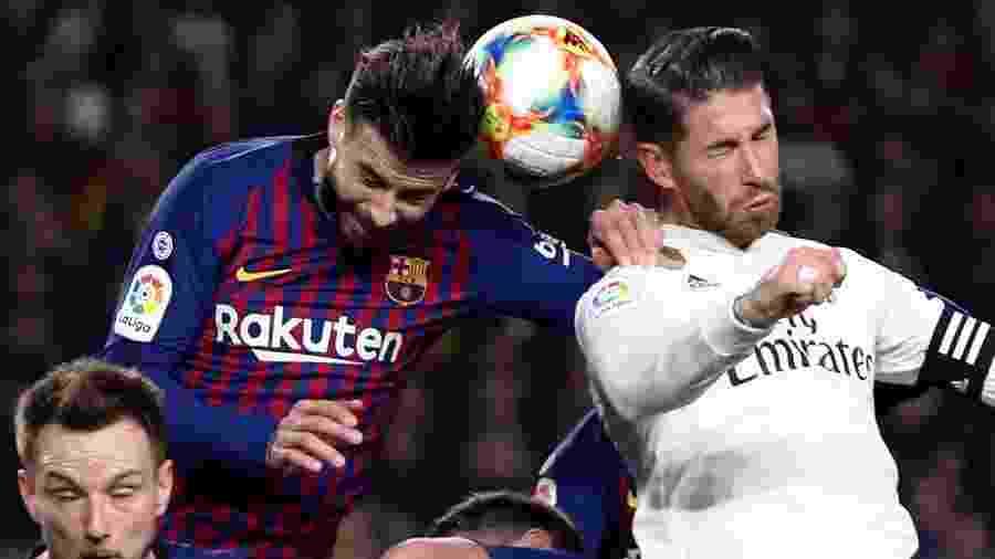 Gerard Pique e Sergio Ramos disputam bola em Barcelona x Real Madrid - Sergio Perez/Reuters