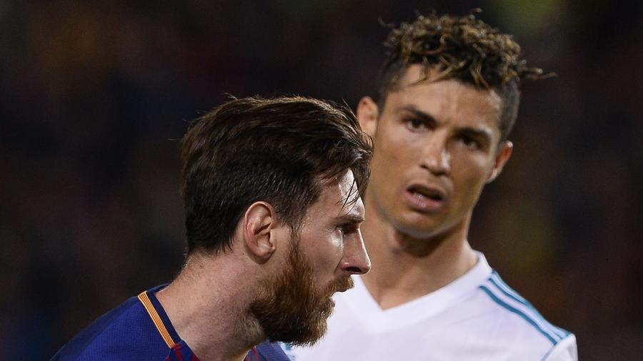 Cristiano Ronaldo olha para Lionel Messi durante uma partida entre Real Madrid e Barcelona - AFP PHOTO / Josep LAGO
