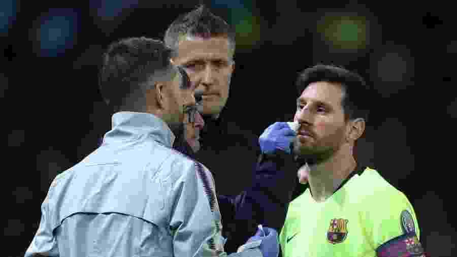 Lionel Messi recebe atendimento após ficar com o nariz sangrando - Action Images via Reuters/Lee Smith